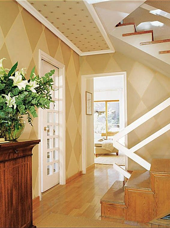 Recibidor con escalera en casa de la decoradora Libia Bárcenas