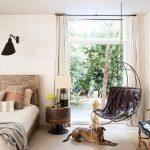 Dormitorio de la casa que el actor Patrick Dempsey tiene en Malibú, por la revista de decoración AD