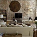 salón con pared de ladrillo visto de estilo industrial