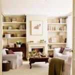 Salón con chimenea, librerías y sofás decorado por el estudio de interiorismo Libia Bárcenas
