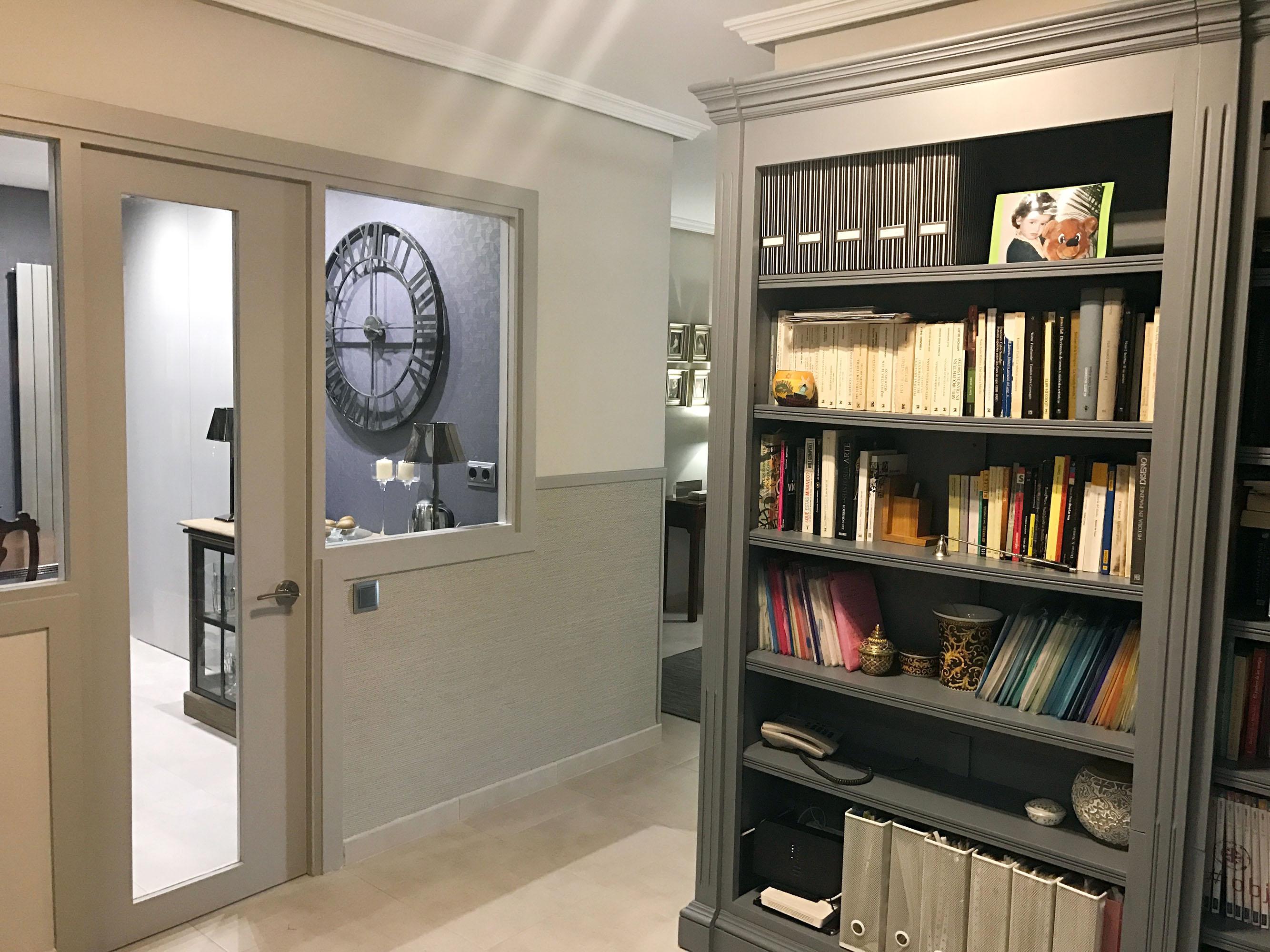 Pasillo con librería. Acceso al comedor de la casa. Decoración Estudio Libia Bárcenas