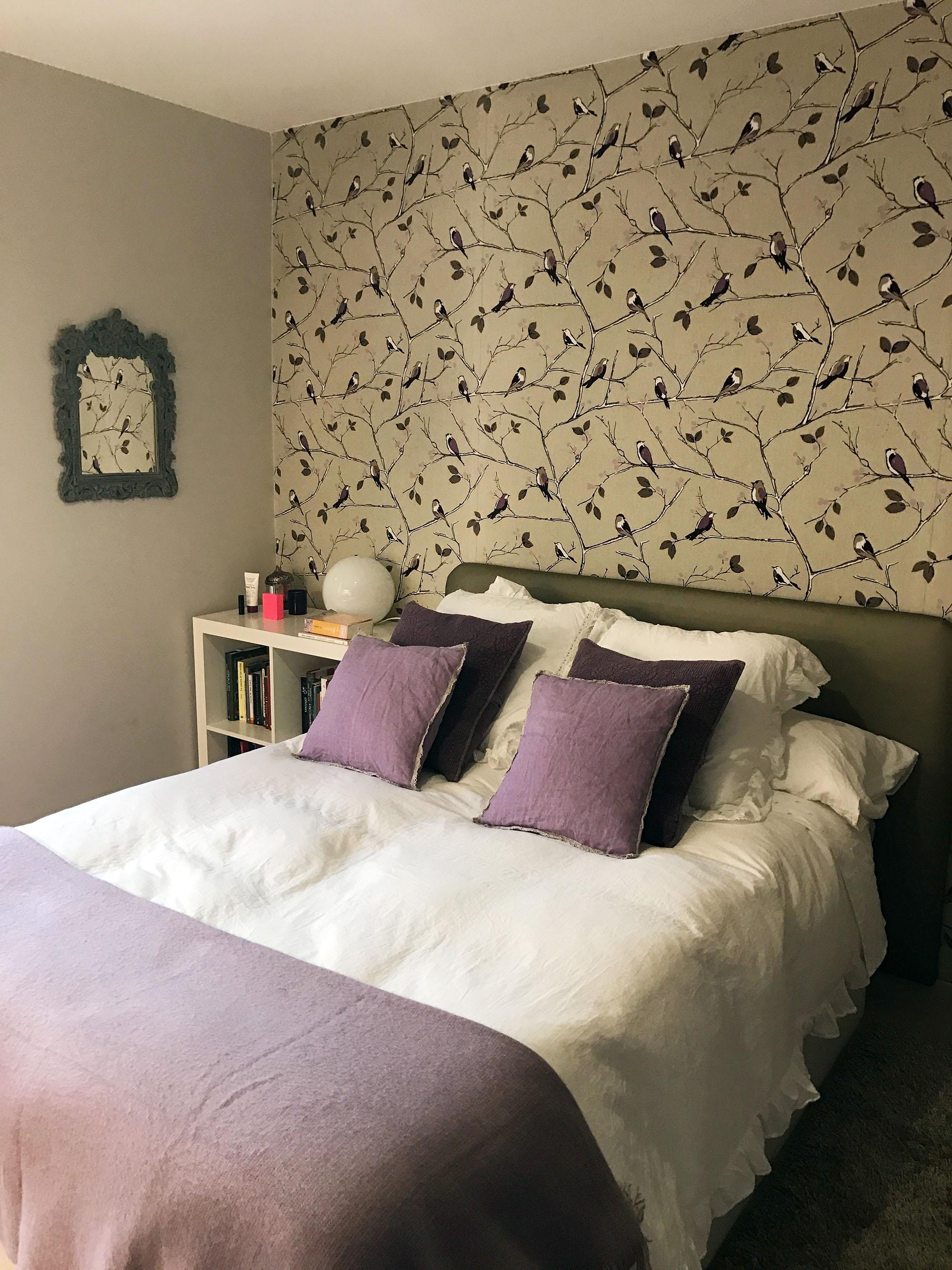 Dormitorio con papel pintado en la pared del cabecero. Interiorismo diseñado por el Estudio de Interiores Libia Bárcenas