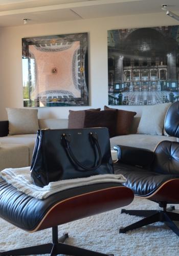 Proyecto París · Estudio Libia Bárcenas. Sala de estar con silla ottoman Eames