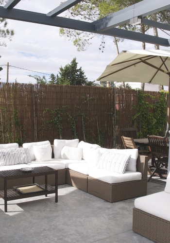 Terraza con mobiliario de jardín, por Libia Bárcenas