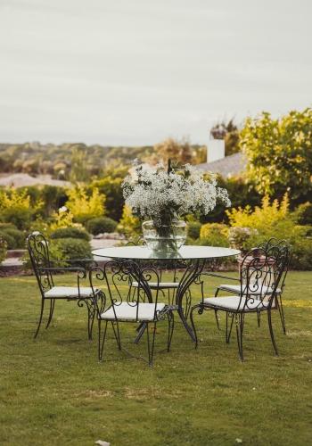 Mesa de jardín con centro de flores. Boda decorada por Libia Bárcenas